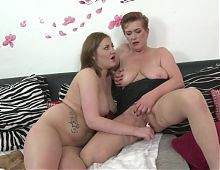 Mature aunt fucks young lesbian babe